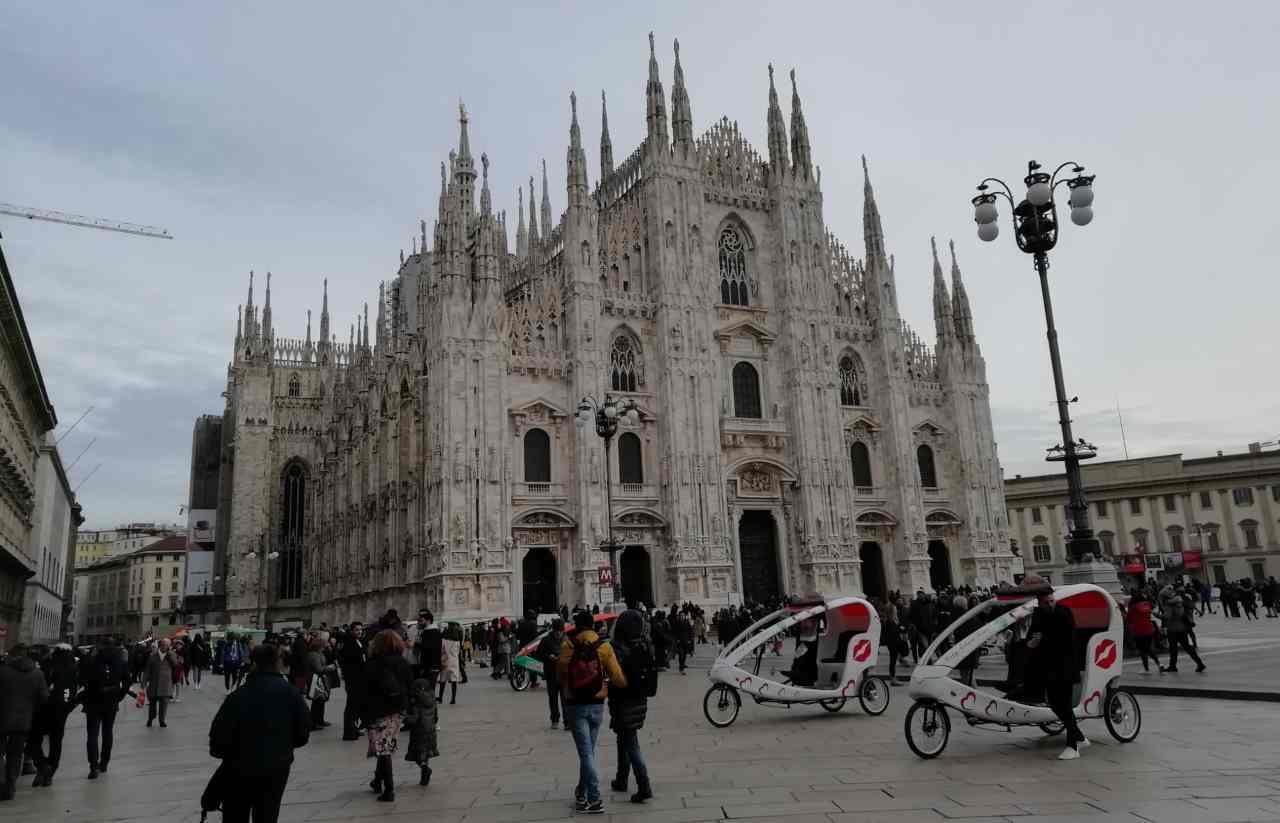 Duomo Milano guardia immigrato