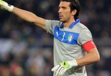 Gigi Buffon in primo piano, ex capitano della nazionale italiana