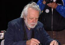 Sergio Staino in primo piano mentre disegna