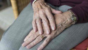 sesto san giovanni, anziano strangola la moglie