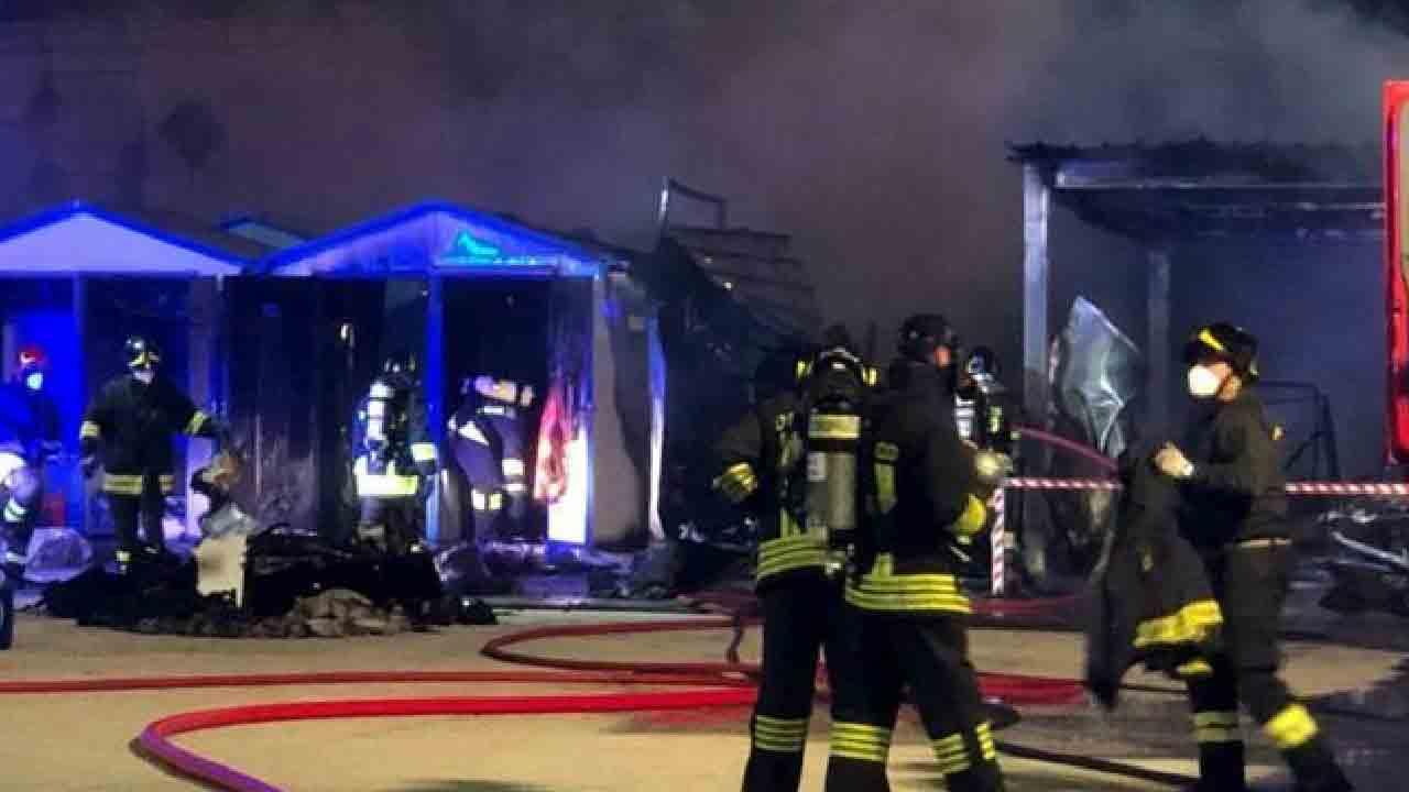 Vigili del Fuoco alle prese con l'incendio divampato ad Ancona