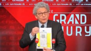 breton mostra il passaporto sanitario
