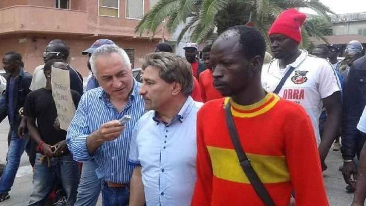 Bartolo Mercuri, chi è l'uomo che viene chiamato dagli immigrati Papà Africa (La Stampa)