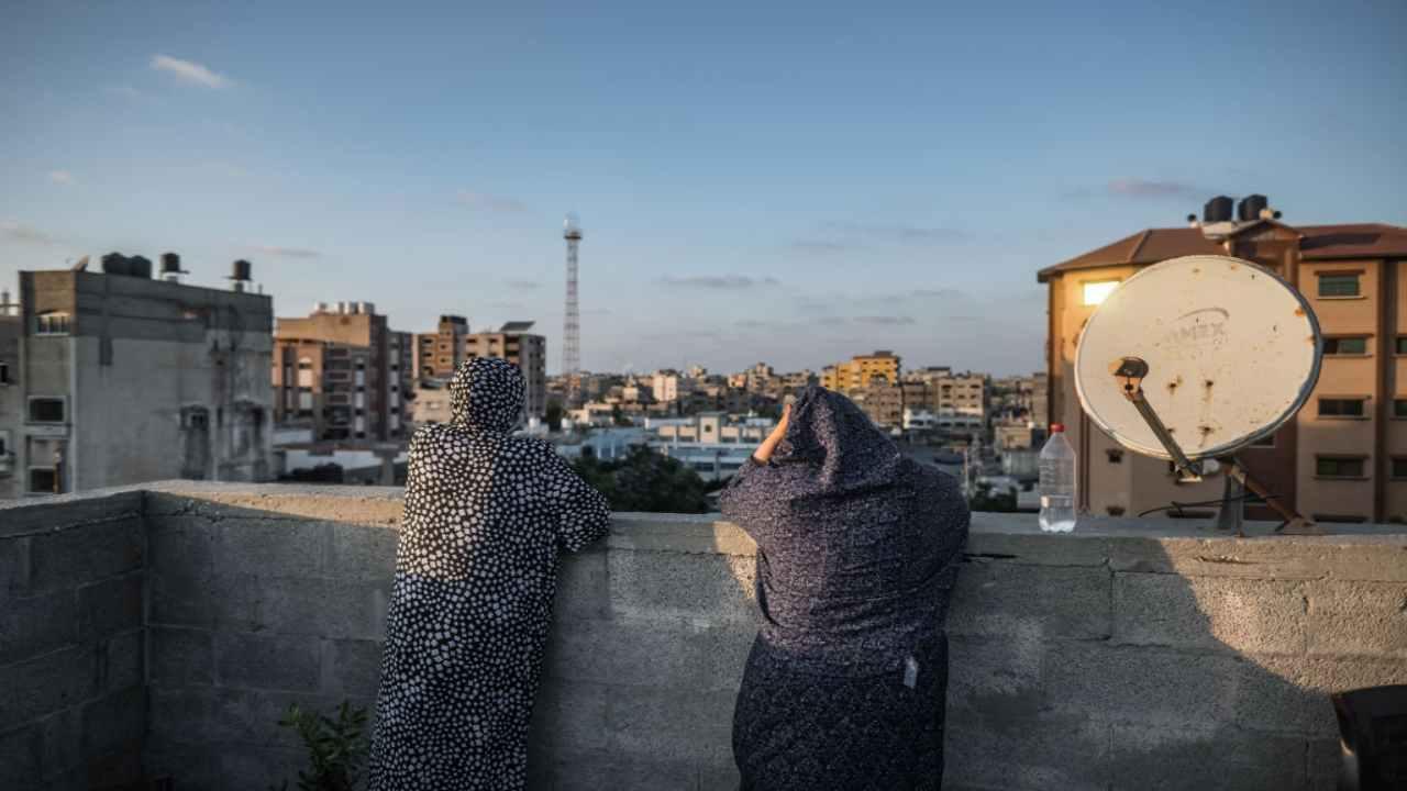 """Raid israeliani su Gaza dopo gli scontri a Gerusalemme e i palloni incendiari dalla Striscia. Esercito: """"Pronti a ogni scenario"""""""