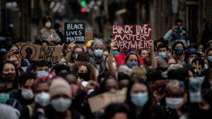 usa, poliziotto spara e uccide afroamericano in north carolina