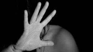 ragazza violentata dagli amici, ma il padre difende gli aguzzini