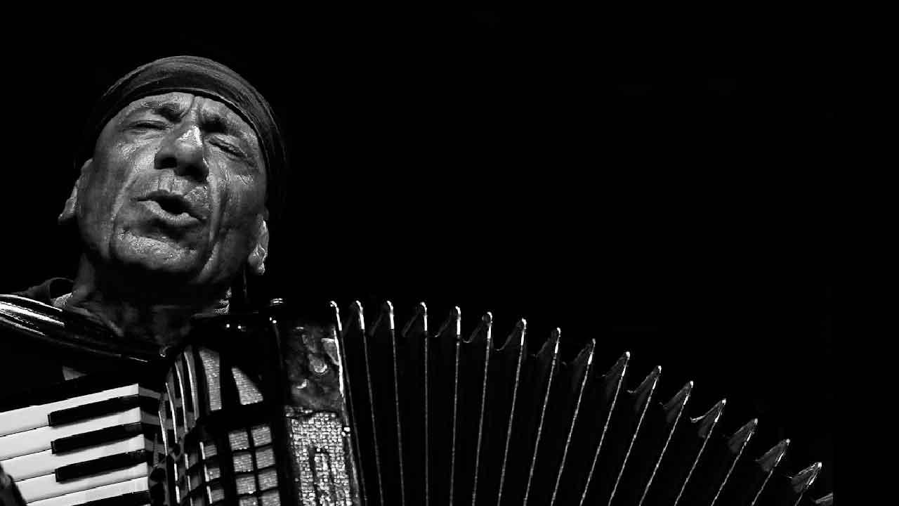 Antonello Salis, chi è il jazzista italiano che suona la fisarmonica e il pianoforte (AntonelloSalis.com)