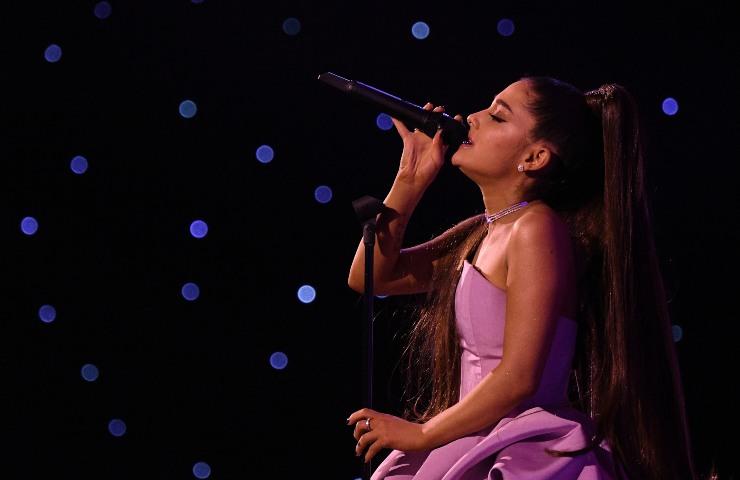 Ariana Grande canta