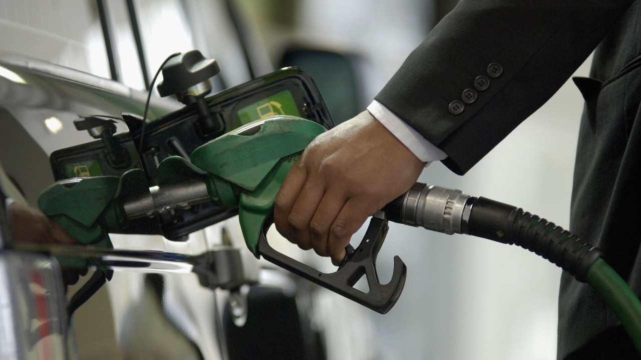 Il prezzo della benzina è a livelli record: quanto costa un litro