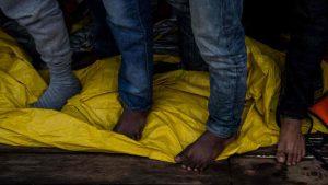 migranti, nuovo naufragio al largo della libia: 50 morti