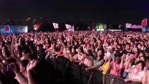 covid, concerto a wuhan con migliaia di persone senza mascherina