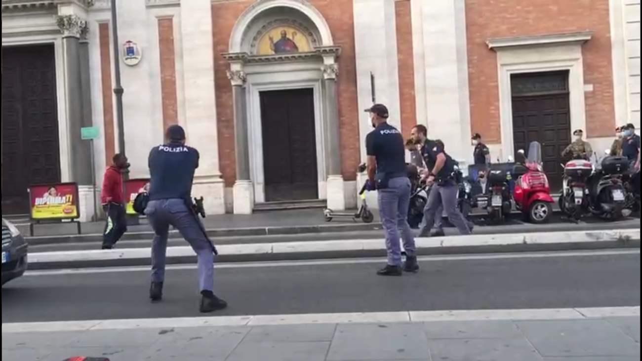 Roma, sparo agente: in codice rosso uomo armato di coltello a Termini