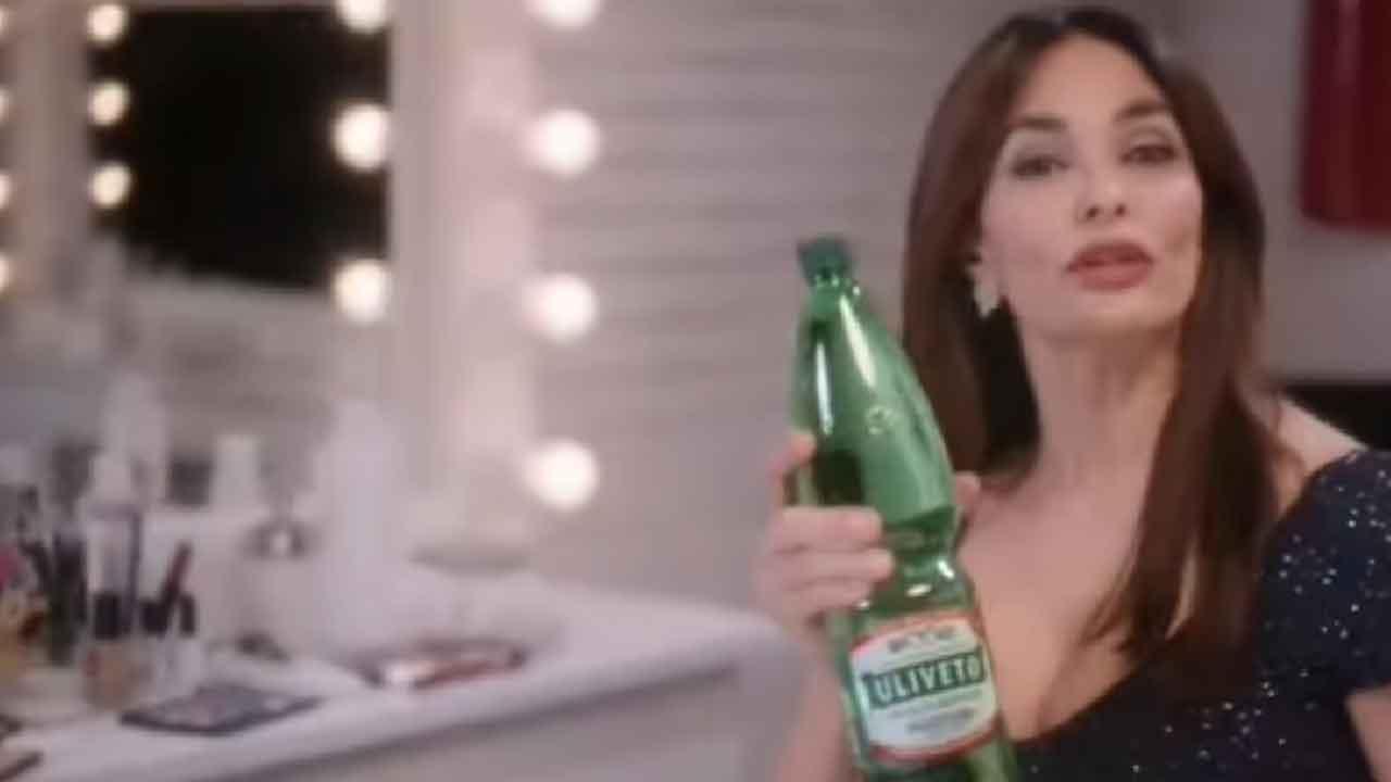 Maria Grazia Cucinotta, i fans notano qualcosa di strano nel suo spot Uliveto (Screenshot)