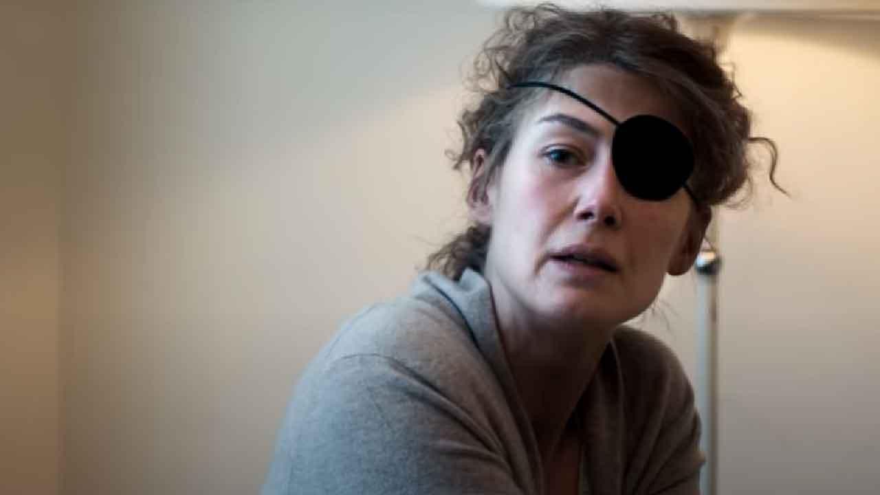 A Private War, la vera storia di Marie Colvin la giornalista che ha dedicato la vita per riportare la verità sulle guerre (Screenshot)