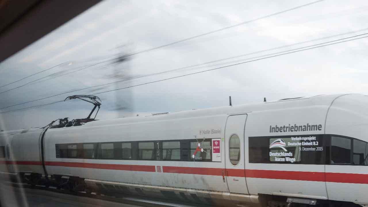 Muore sul treno, un uomo anziano perde la vita e gli rubano la fede nuziale (Getty Images)