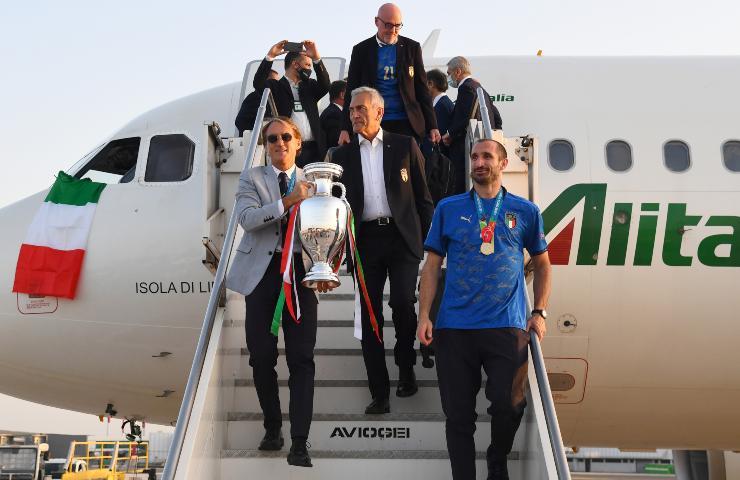 Gabriele Gravina, Roberto Mancini e Giorgio Chiellini con la Coppa Europa
