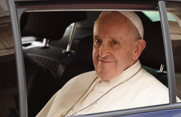 Papa Francesco in auto