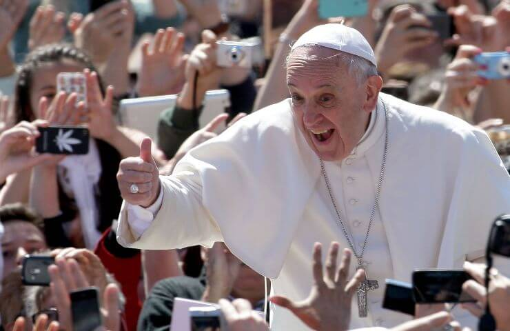 Papa Francesco tra la folla (