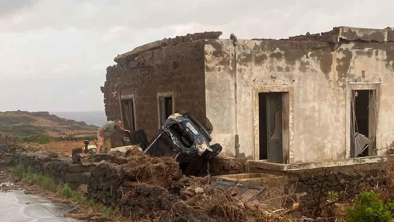 Pantelleria, una tromba d'aria si è scagliata scoperchiando i tetti delle case e ribaltando le automobili, 9 feriti e due morti (Foto dal web)