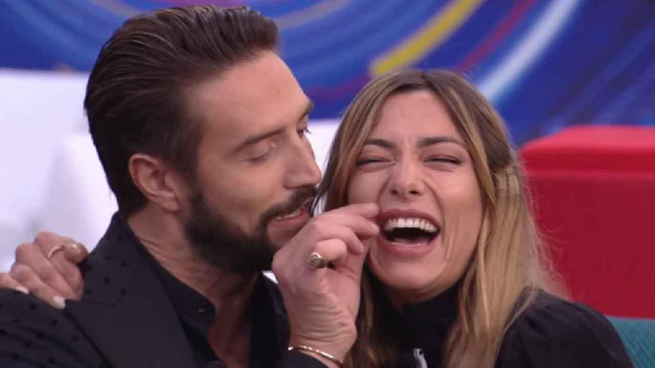 Grande Fratello Vip: Alex Belli bacia Soleil Sorge, la reazione di Delia Duran