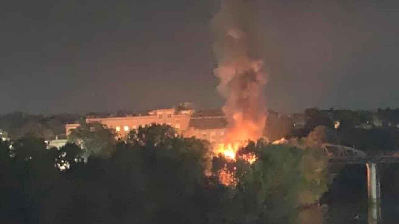 Le fiamme sono visibili in tutta la città
