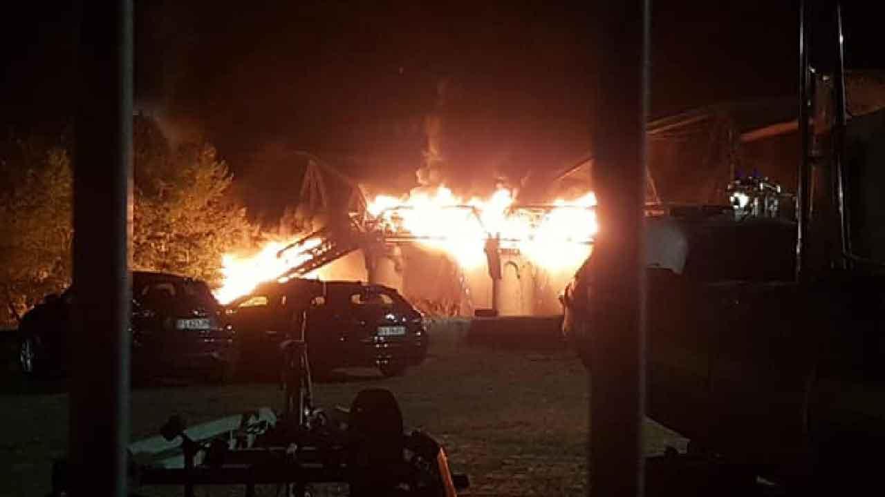 Roma, grave incendio a Ostiense crolla parte del ponte di ferro